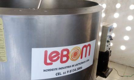 Prefeitura de Prata e Secretaria de Agricultura em parceria com a Lebom instala tanque de resfriamento de leite de vaca no município.