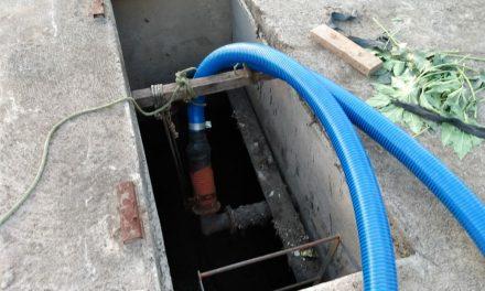 Prefeito da Prata Genivaldo Tembório faz manutenção no sistema de esgotamento.