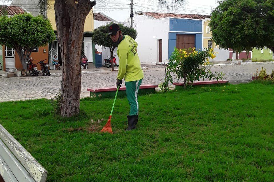 Como forma de preservar e valorizar a cidade, a Prefeitura Municipal de Prata realiza trabalhos de Jardinagem.