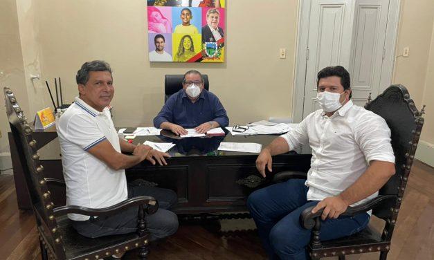 Prefeito Genivaldo Tembório é recebido pelo Deputado Ricardo Barbosa e pelo Chefe de Gabinete do Estado Ronaldo Guerra.